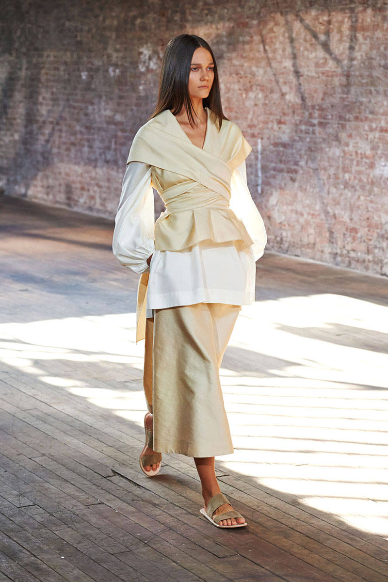 54bc1bfe21ae2_-_hbz-nyfw-ss2015-trends-japanese-01-the-row-po-rs15-0028-lg[1]